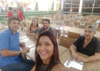 Reunião com a cantora Juliana Monteiro e o diretor da Tribuna do Pantanal Aristides Cordeiro. Definem parceria..