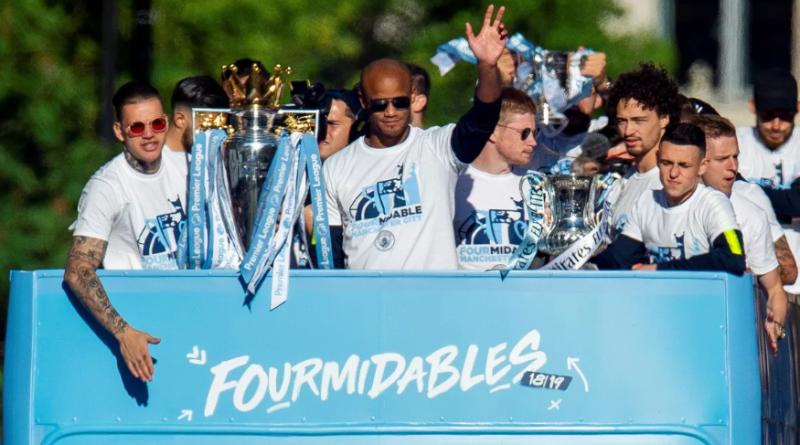 Desfile do City tem Agüero bebendo em troféu, cobrança de Bernardo e adeus de Kompany