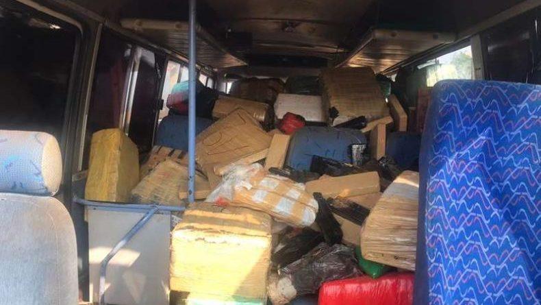 Após tentativa de fuga, micro-ônibus escolar tomba com 4,5t de maconha