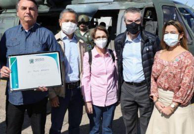 Soraya Thronicke participa de cerimônia de entrega de títulos rurais ao lado de Bolsonaro
