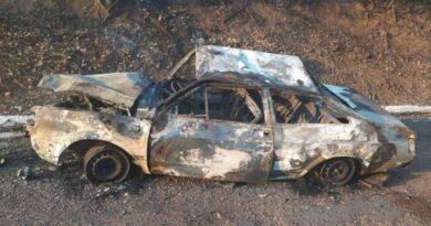 Pneu estoura, carro capota e pega fogo com família dentro em Aquidauana